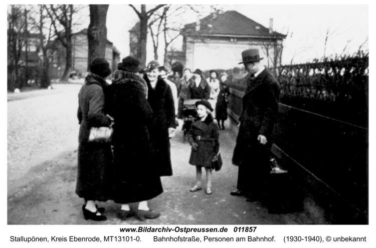 Stallupönen, Bahnhofstraße, Personen am Bahnhof
