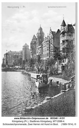 Königsberg, Schlossteichpromenade, Zwei Herren mit Hund im Boot