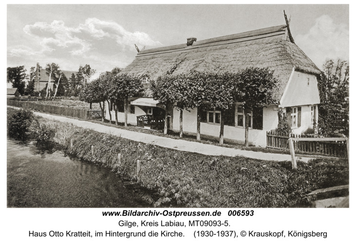 Gilge, Haus Otto Kratteit, im Hintergrund die Kirche