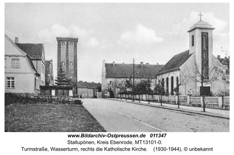 Stallupönen, Turmstraße, Wasserturm, rechts die Katholische Kirche