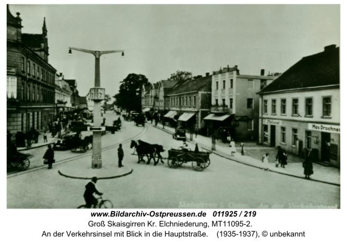 Kreuzingen, An der Verkehrsinsel mit Blick in die Hauptstraße