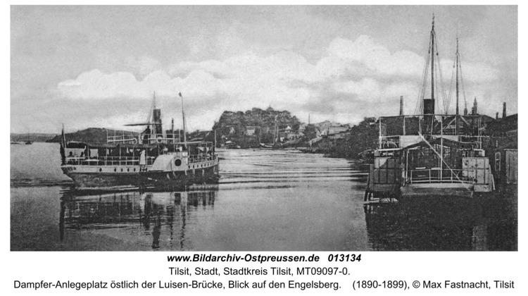 Tilsit, Dampfer-Anlegeplatz östlich der Luisen-Brücke, Blick auf den Engelsberg
