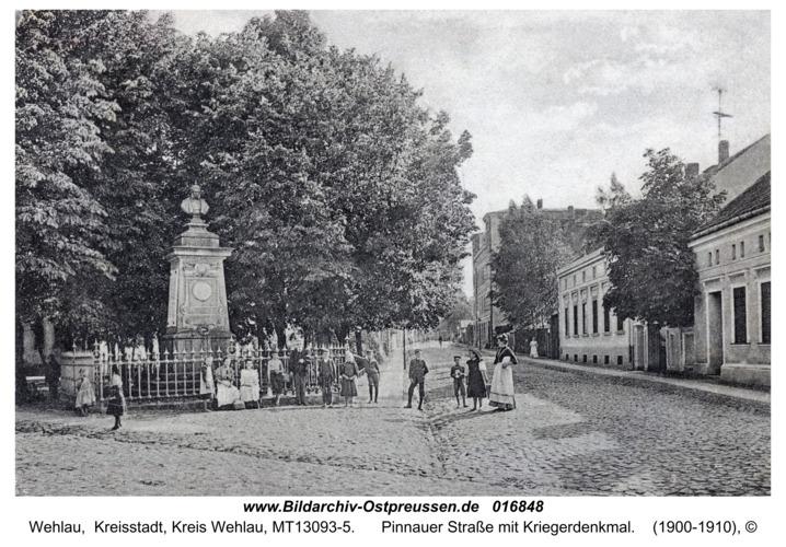 Wehlau, Pinnauer Straße mit Kriegerdenkmal