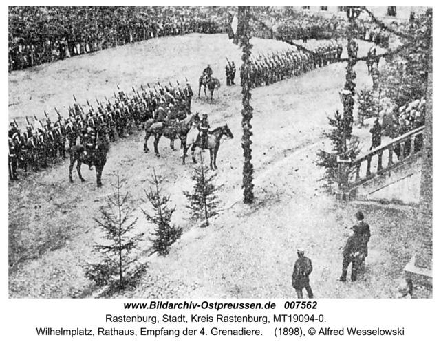 Rastenburg, Wilhelmplatz, Rathaus, Empfang der 4. Grenadiere