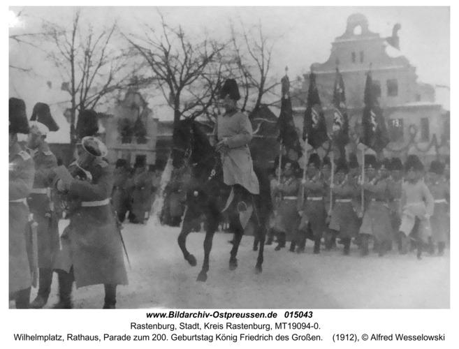 Rastenburg, Wilhelmplatz, Rathaus, Parade zum 200. Geburtstag König Friedrich des Großen