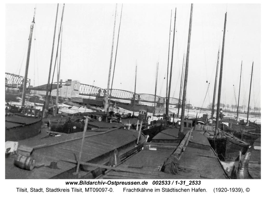 Tilsit, Frachtkähne im Städtischen Hafen