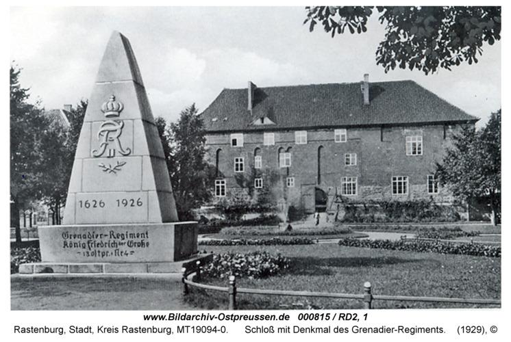 Rastenburg, Schloß mit Denkmal des Grenadier-Regiments