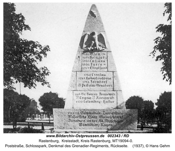 Rastenburg, Poststraße, Schloßpark, Denkmal des Grenadier-Regiments, Rückseite