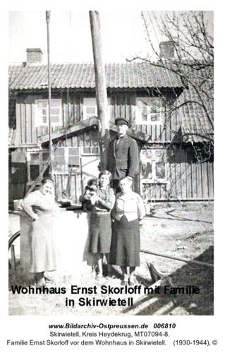 Familie Ernst Skorloff vor dem Wohnhaus in Skirwietell