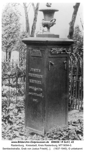 Rastenburg, Wilhelmstraße 6-8, Herzog-Albrechts-Schule, Grab von Justus Friedrich Krüger