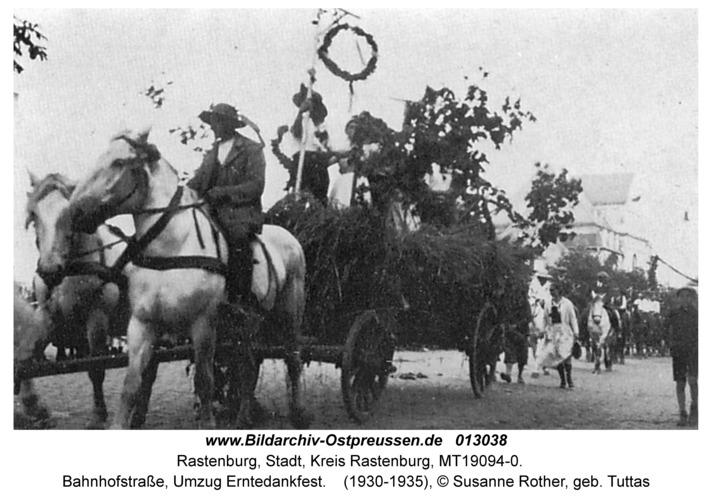Rastenburg, Bahnhofstraße, Umzug Erntedankfest