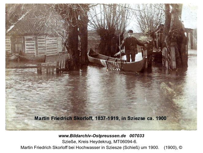 Martin Friedrich Skorloff bei Hochwasser in Sziesze (Schieß) um 1900