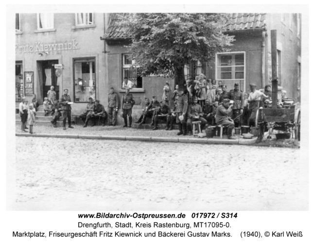 Drengfurt, Marktplatz, Friseurgeschäft Fritz Kiewnick und Bäckerei Gustav Marks