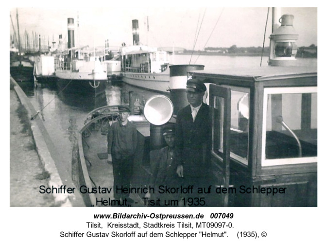"""Schiffer Gustav Skorloff auf dem Schlepper """"Helmut"""" in Tilsit"""