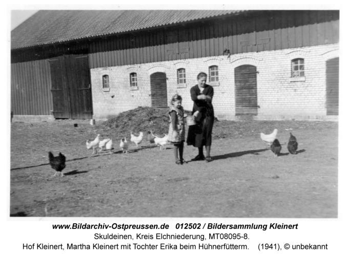 Skuldeinen, Hof Kleinert, Martha Kleinert mit Tochter Erika beim Hühnerfütterm