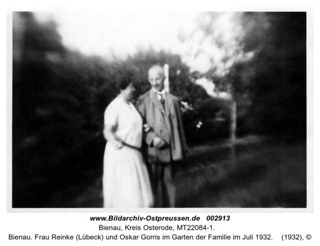 Bienau. Frau Reinke (Lübeck) und Oskar Gorris im Garten der Familie im Juli 1932