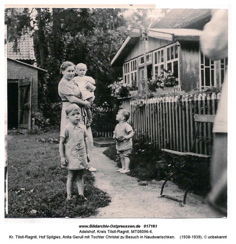 Adelshof, Kr. Tilsit-Ragnit, Hof Spilgies, Anita Gerull mit Tochter Christel zu Besuch in Naudwarischken