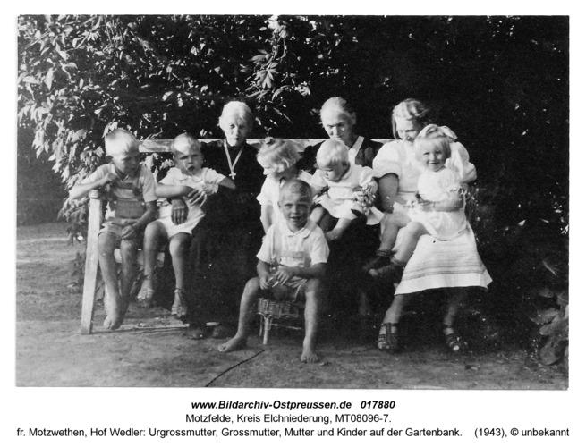 Motzfelde, fr. Motzwethen, Hof Wedler: Urgrossmutter, Grossmutter, Mutter und Kinder auf der Gartenbank