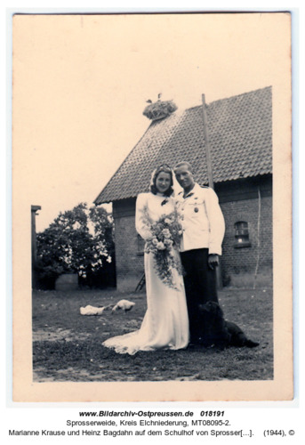 Sprosserweide, Marianne Krause und Heinz Bagdahn auf dem Schulhof von Sprosserweide