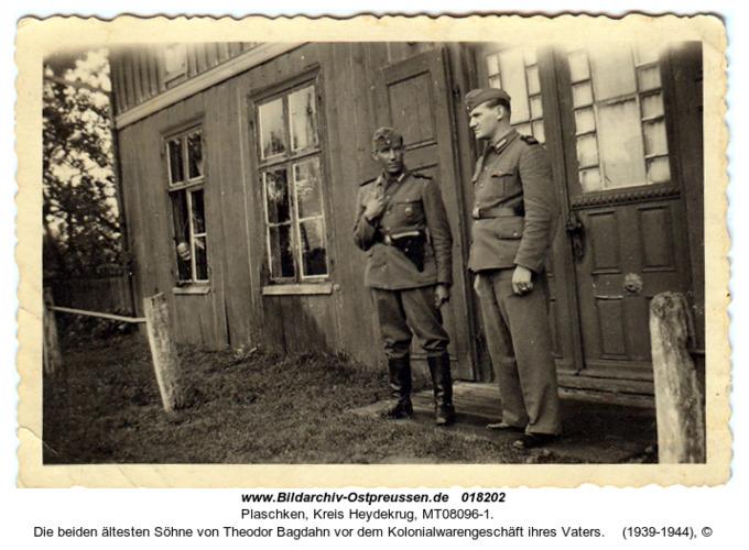 Plaschken, die beiden ältesten Söhne von Theodor Bagdahn vor dem Kolonialwarengeschäft ihres Vaters