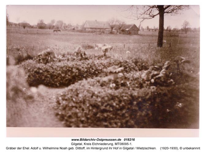 Gilgetal, Gräber der Ehel. Adolf u. Wilhelmine Noah geb. Dittloff, im Hintergrund ihr Hof in Gilgetal / Wietzischken