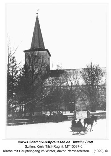 Schillen, Kirche mit Haupteingang im Winter, davor Pferdeschlitten