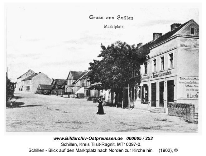 Schillen, Blick auf den Marktplatz nach Norden zur Kirche hin