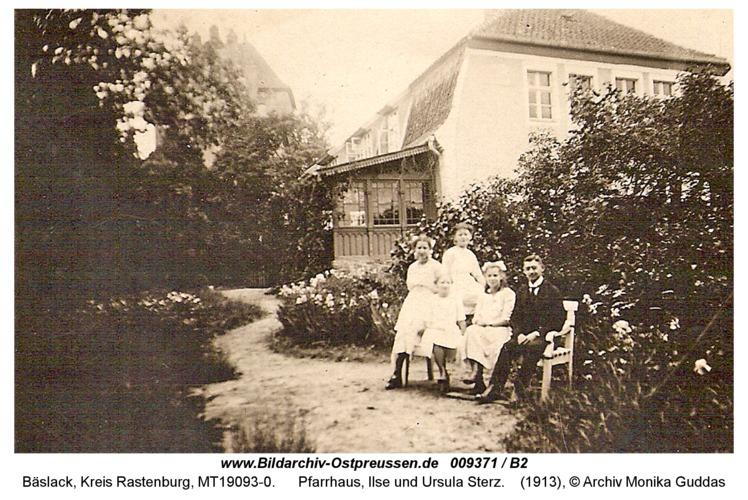 Bäslack, Pfarrhaus, Ilse und Ursula Sterz