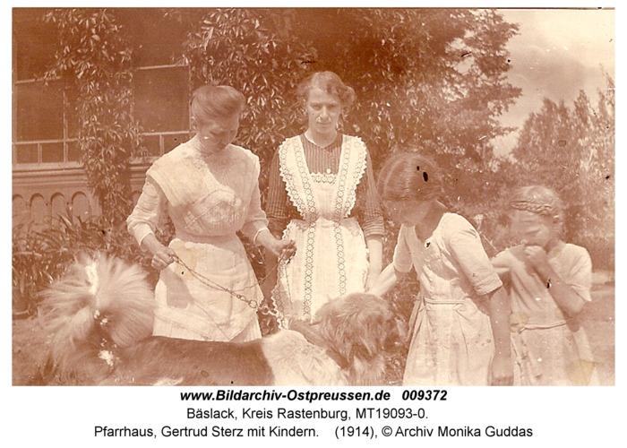 Bäslack, Pfarrhaus, Gertrud Sterz mit Kindern