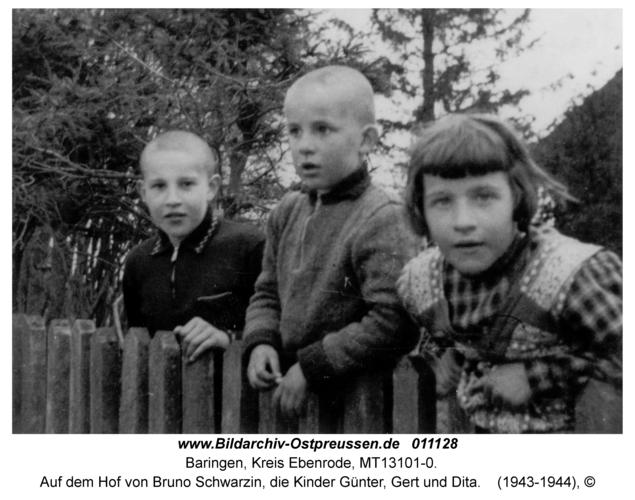Baringen, Auf dem Hof von Bruno Schwarzin, die Kinder Günter, Gert und Dita
