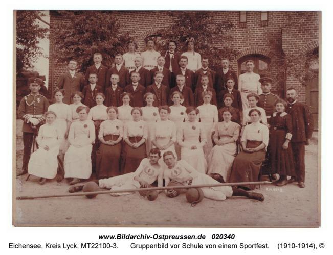 Eichensee, Gruppenbild vor Schule von einem Sportfest