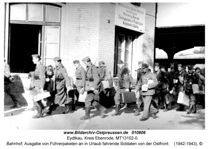 Eydtkau, Bahnhof, Ausgabe von Führerpaketen an in Urlaub fahrende Soldaten von der Ostfront
