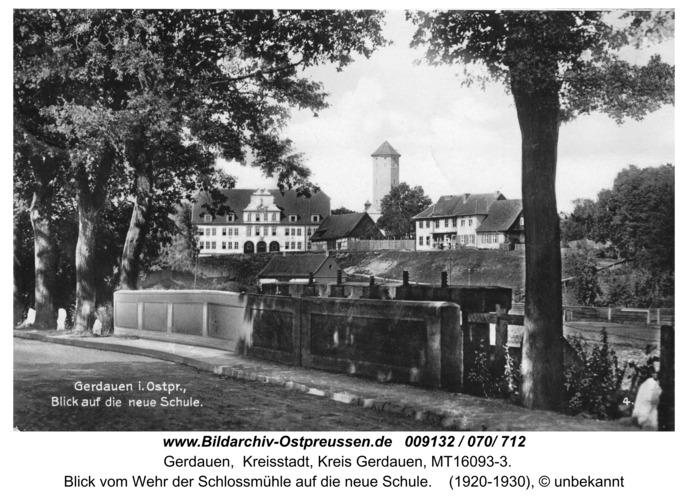 Gerdauen, Ansichtskarte, Blick vom Wehr der Schloßmühle auf die neue Schule
