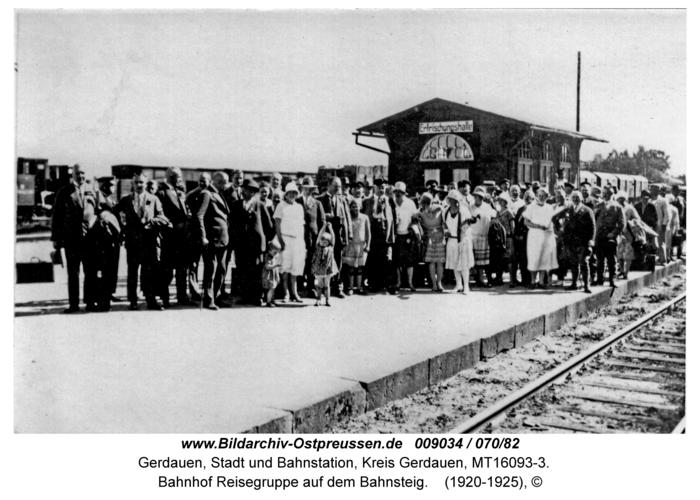 Gerdauen, Bahnhof Reisegruppe auf dem Bahnsteig