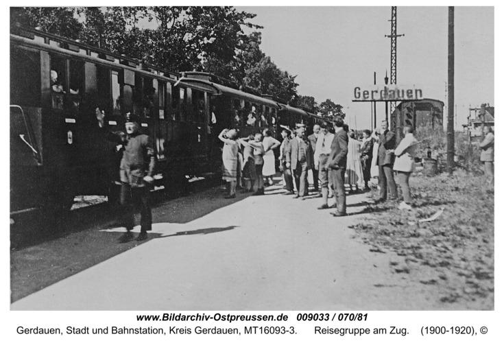 Gerdauen, Reisegruppe am Zug