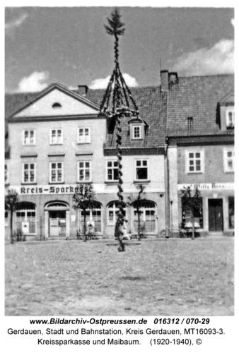 Gerdauen, Kreissparkasse und Maibaum