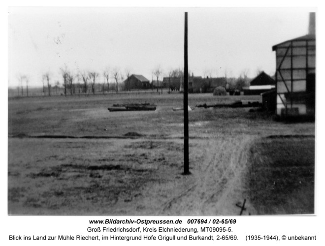 Groß Friedrichsdorf, Blick ins Land zur Mühle Riechert, im Hintergrund Höfe Grigull und Burkandt, 2-65/69