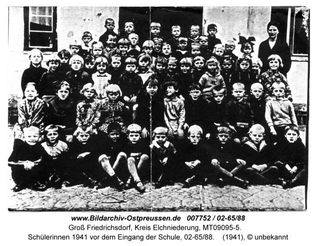Groß Friedrichsdorf, Schülerinnen 1941 vor dem Eingang der Schule, 02-65/88