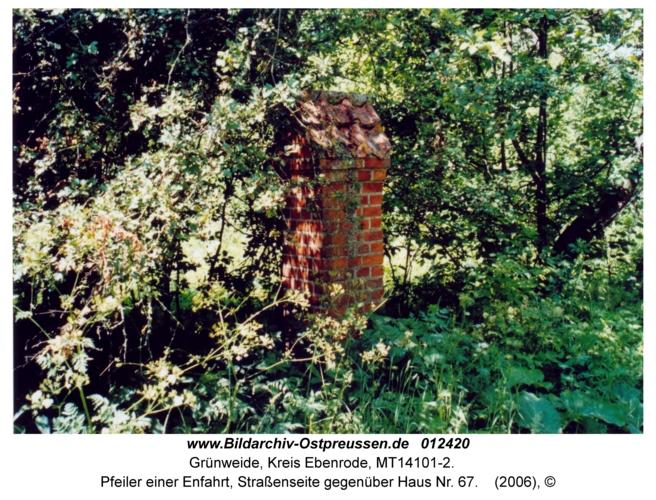 Grünweide, Pfeiler einer Enfahrt, Straßenseite gegenüber Haus Nr. 67