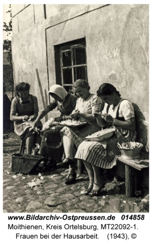 Moithienen, Frauen bei der Hausarbeit