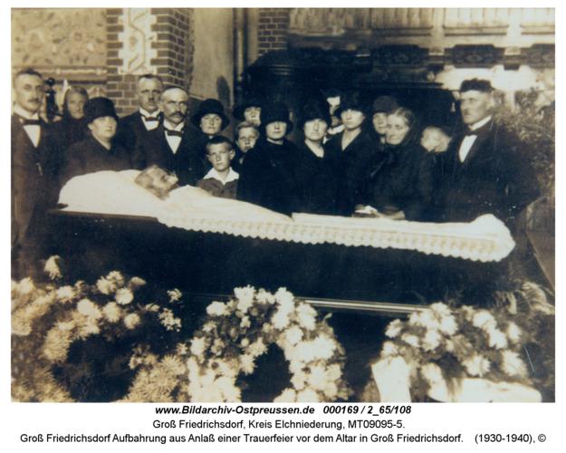 Groß Friedrichsdorf Aufbahrung aus Anlaß einer Trauerfeier vor dem Altar in Groß Friedrichsdorf