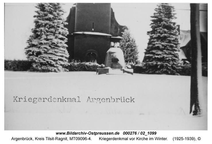 Argenbrück, Kriegerdenkmal vor Kirche im Winter