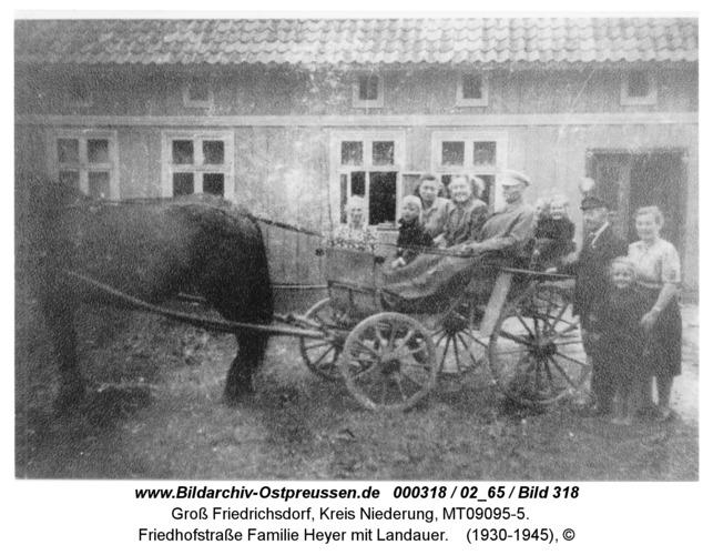 Groß Friedrichsdorf, Friedhofstraße Familie Heyer mit Landauer