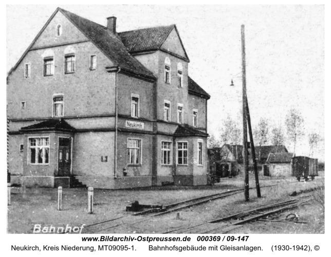 Neukirch, Bahnhofsgebäude mit Gleisanlagen