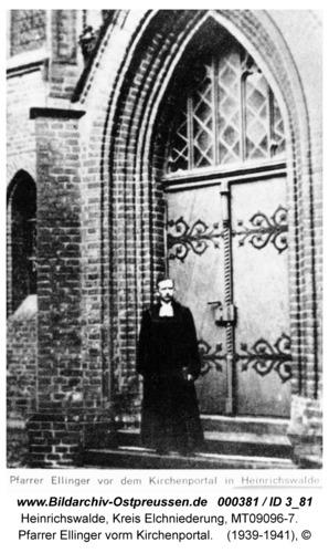 Heinrichswalde, Pfarrer Ellinger vorm Kirchenportal