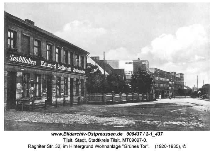 """Tilsit, Ragniter Str. 32, im Hintergrund Wohnanlage """"Grünes Tor"""""""
