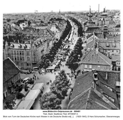 Tilsit, Blick vom Turm der Deutschen Kirche nach Westen in die Deutsche Straße während des Jahrmarktes