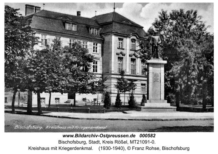 Bischofsburg, Kreishaus mit Kriegerdenkmal