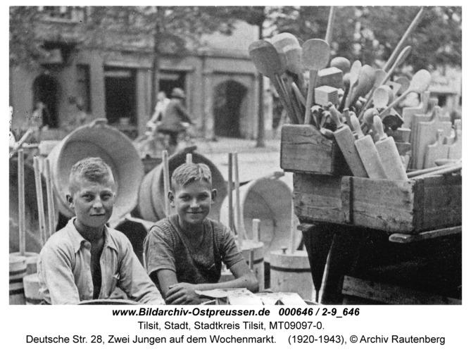 Tilsit, Deutsche Str. 28, Zwei Jungen auf dem Wochenmarkt