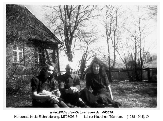 Herdenau, Lehrer Kiupel mit Töchtern